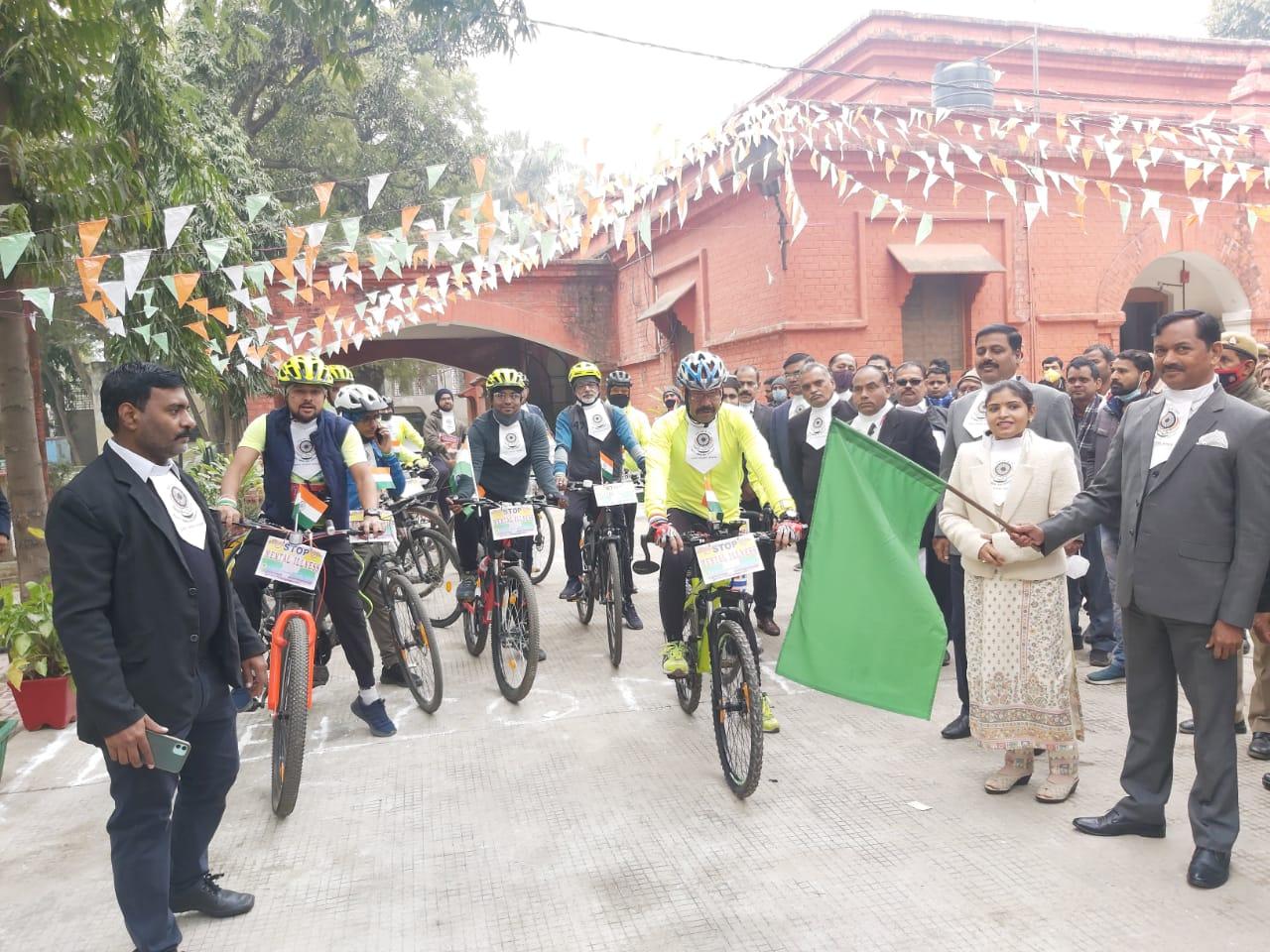 बाराबंकी: जनमानस को मानसिक स्वास्थ्य के विषय में जागरूक करने के लिए साइकिल रैली का किया गया आयोजन।