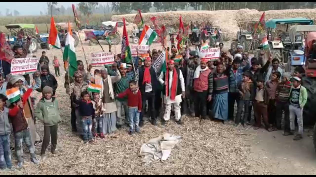 हरदोई: सपा कार्यकर्ताओ ने ध्वजारोहण रैली का किया आयोजन।