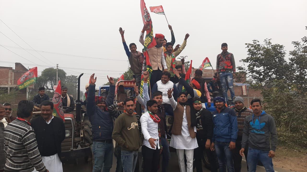 इटावा: जसवंतनगर में पुलिस प्रशासन ने नही बढ़ने दी ट्रेक्टर रैली, सैफई जाने से रोका।