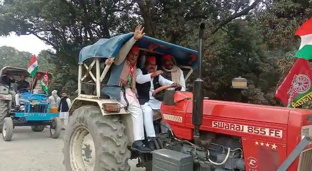 कासगंज में सपा नेता ब्लॉक प्रमुख बृजेंद्र सिंह गौर ने निकाली ट्रैक्टर रैली!