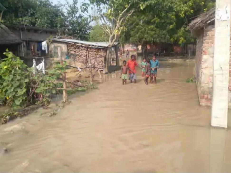 सीतापुर में शारदा नदी का कहर, गांवों में घुसा बाढ़ का पानी, गांवों की विद्युत आपूर्ति हुई बेहाल।