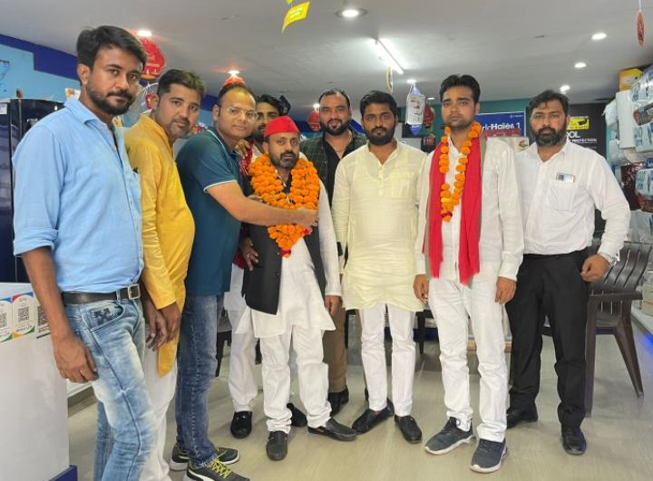 सपा नेता दानिश और रिंकू का बाराबंकी में किया गया भव्य स्वागत।