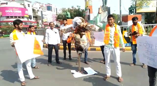 हिन्दू संगठन ने बांग्लादेश का जलाया पुतला।